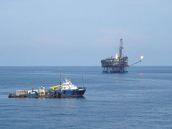 English: Oil rig platform and stand-by vessel ...