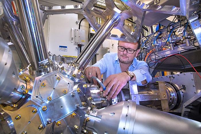 Single atoms break carbon's strongest bond