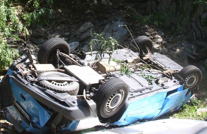 Un'immagine della vettura finita nel greto del torrente