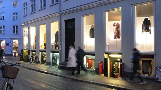 Rue commerçante du centre ville avec grandes baies et sous-sol, Copenhague, Danemark - Photo : Vincent Laganier, 1994