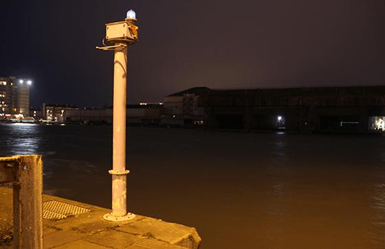 Quai de l'entrepôt frigorifique de nuit - Port de Saint Nazaire, France - Photo Vincent Laganier