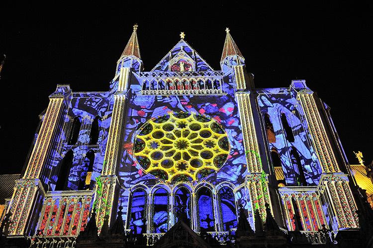 Chartres-en-Lumières-Portail-Sud-Crédits-Scénographie-Spectaculaires-les-Allumeurs-d'Images---photos--Ville-de-Chartres-Guillermo-OSORIO---Copie