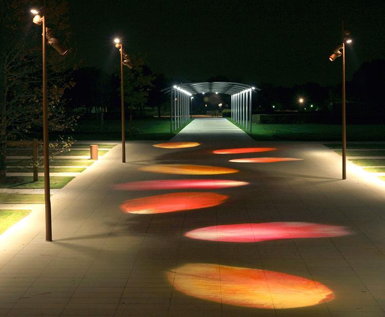 St-Quentin-en-Yvelines,-Jardins-du-parc,-pétales-de-rose,-éclairage-urbain---conception-lumiere-Marc-Dumas