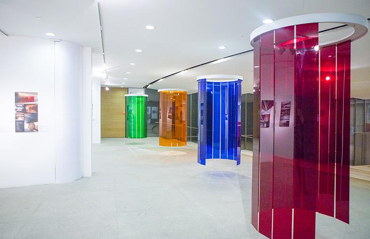 Douches-d'induction-Chromatique,-expo-Circumstance-and-Ambiguity-of-Color,-CAFA-Museum,-Beijing,-2013---©-Atelier-Cruz-Diez