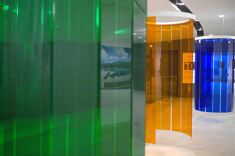Douches-d'induction-Chromatique,-expo-Circumstance-and-Ambiguity-of-Color,-CAFA-Museum,-Beijing,-2013----©-Atelier-Cruz-Diez