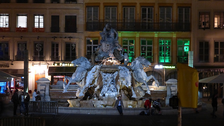 Enseignes commeciales, Place des Terreaux, Lyon, France - Conception lumiere Laurent Fachard - Photo Vincent Laganier