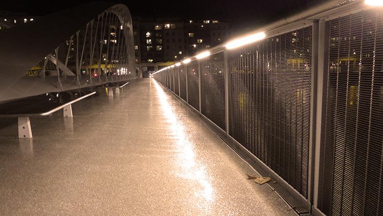 Lyon,-pont-Schuman,-mise-en-lumiere-Les-éclairagistes-associées---au raz-du-sol-photo-Vincent-Laganier