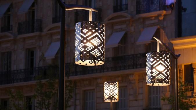 Symphonies de masques, de nuit, place Darcy, Dijon, France – Conception lumière : l'Acte Lumière – Photo : Jean-Yves Soëtinck