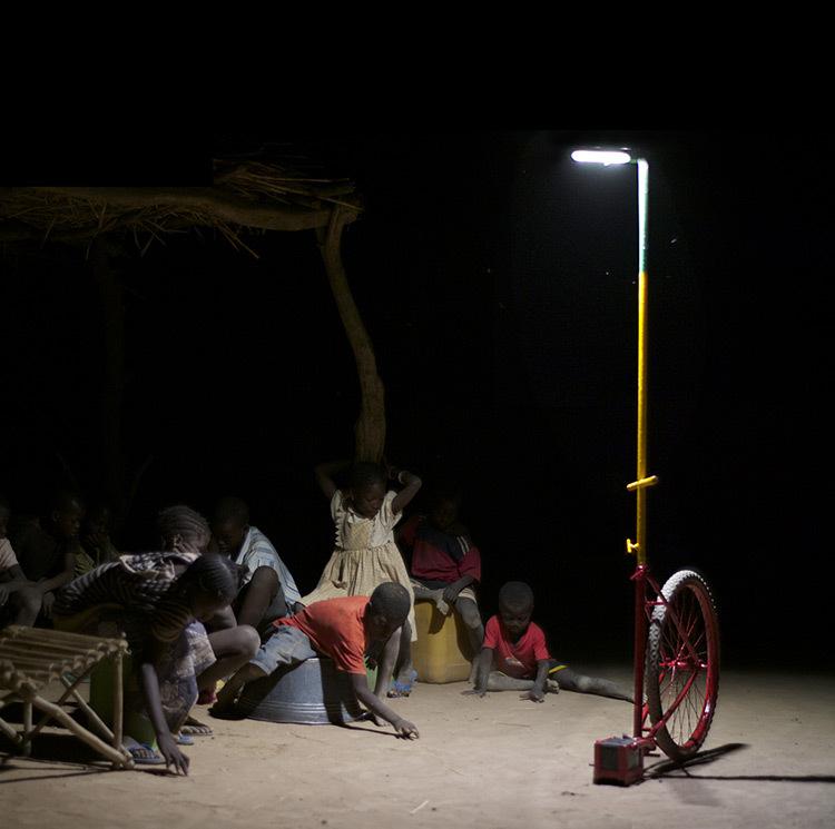 Lumiere-collective-pour-Afrique-rurale-1-Prix-de-eclairage-urbain-et-paysager-Trophees-Lamp-2013