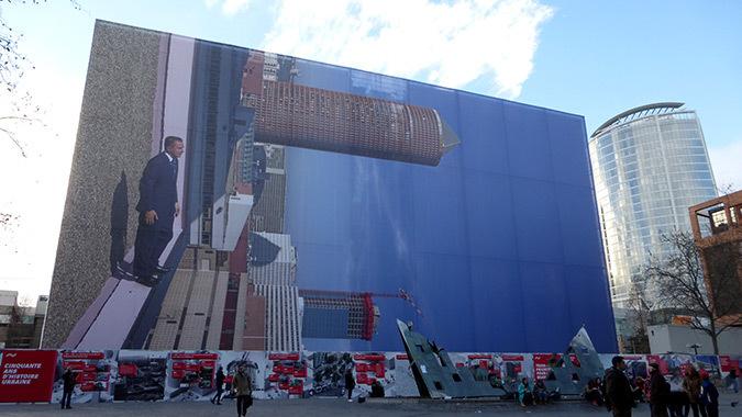 Philippe Ramette, 2014 - Immeuble B10, Lyon Part-Dieu, France - Photo de la place Béraudier : Vincent Laganier