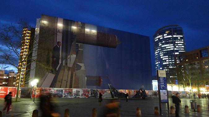 Philippe Ramette, 2014 - Immeuble B10, vue de nuit, Lyon Part-Dieu, France - Photo de la place Béraudier : Vincent Laganier