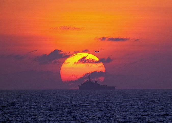 Soleil couchant au dessus de la Chine - Photo : US Navy, Cmdr, Ed Thompson