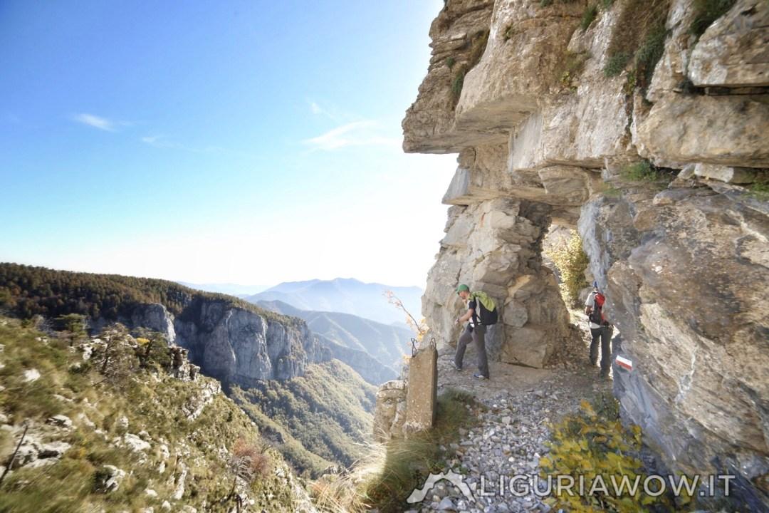 A strapiombo sul Sentiero degli Alpini