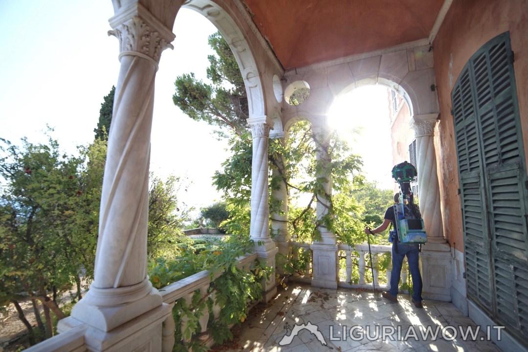 Nel porticato di Villa Hanbury