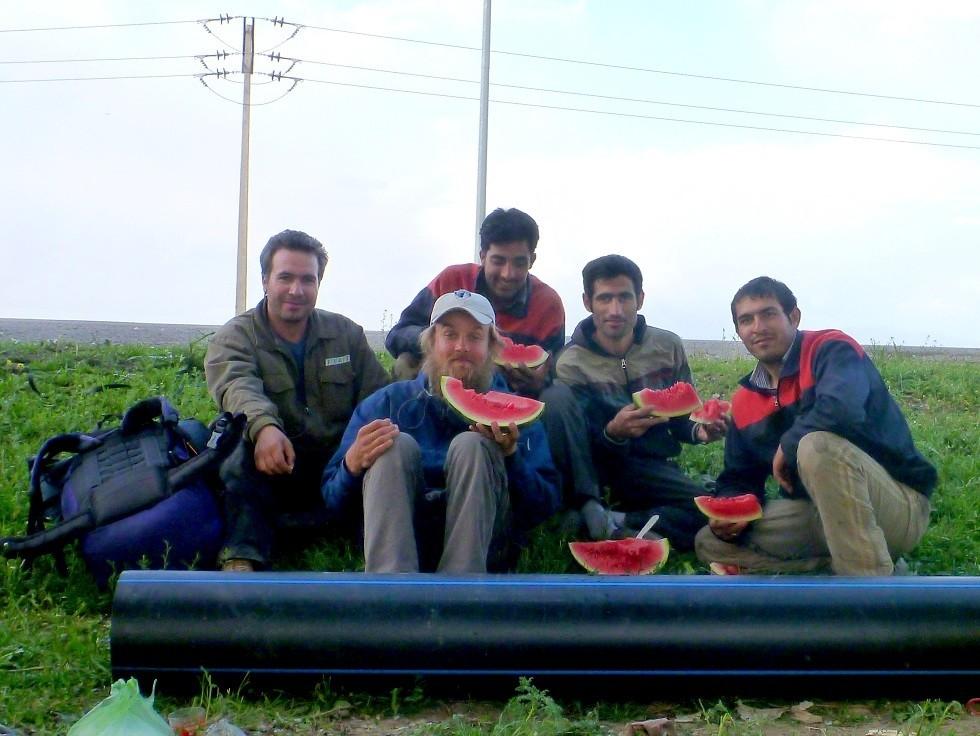 Iraani meestega arbuusi söömas