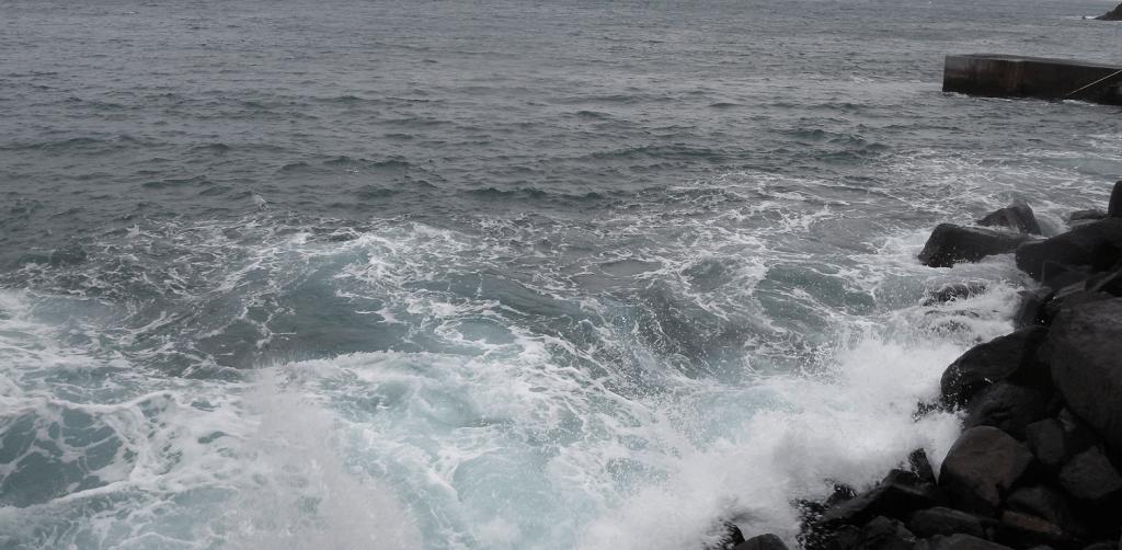 Aallot rantakivissä