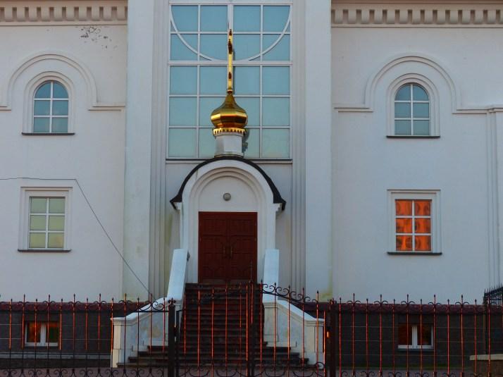 Väriä kirkon ikkunoissa.