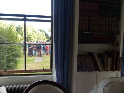 Ryhmä shamaankonferenssin osallistujia. Kuva otettu kirjastoston ikkunasta.