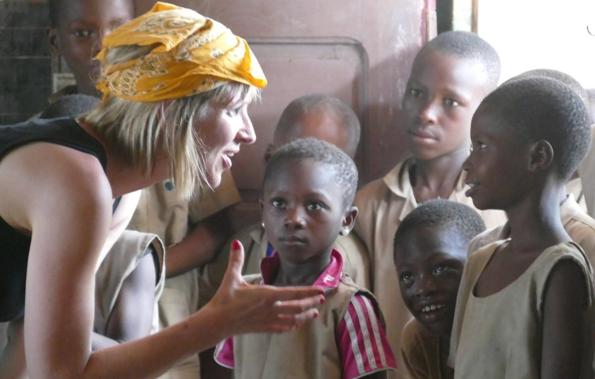 Koulussa Veera selittää lapsille.JPG
