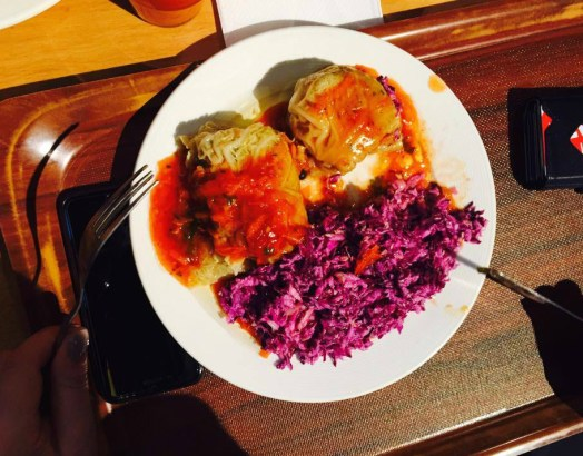 'Golabki' with tomato sauce and red cabbage