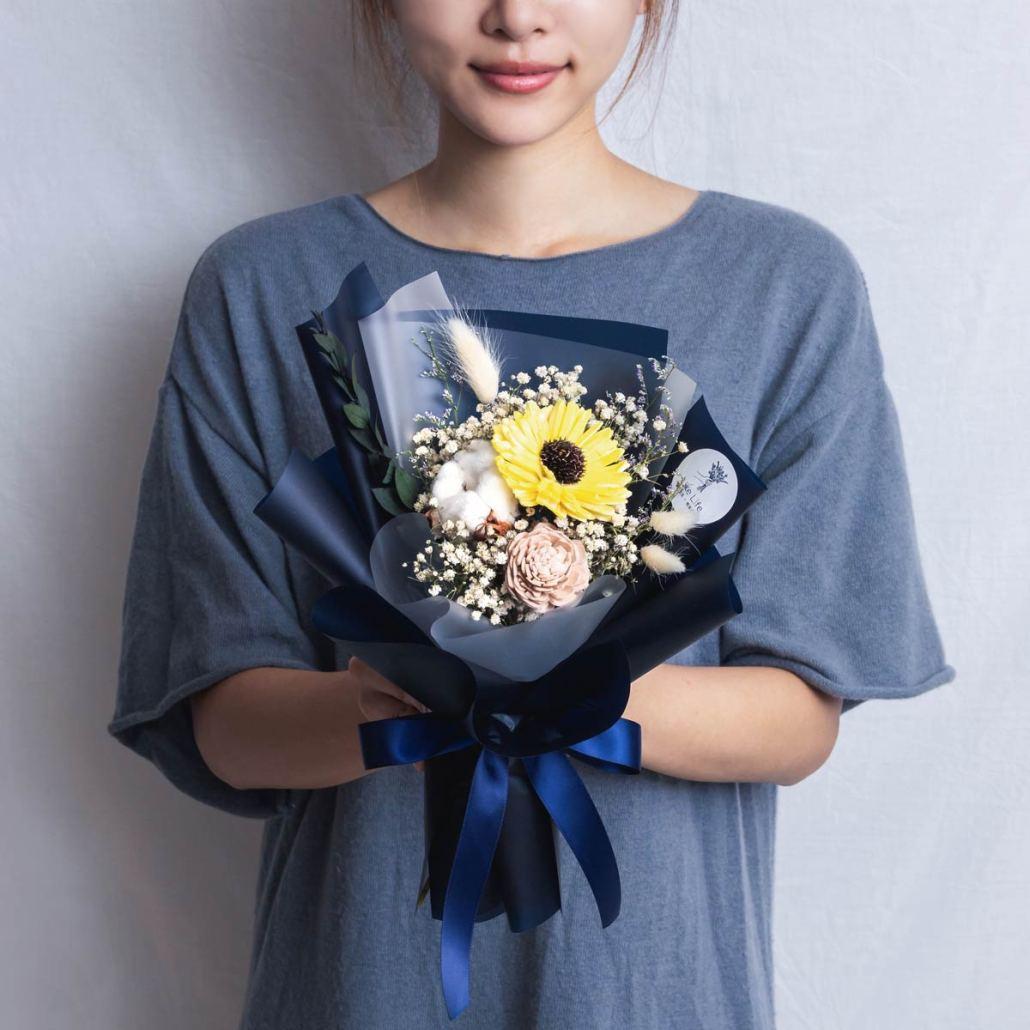 畢業花束推薦台北,向日葵畢業花束藍色手拿