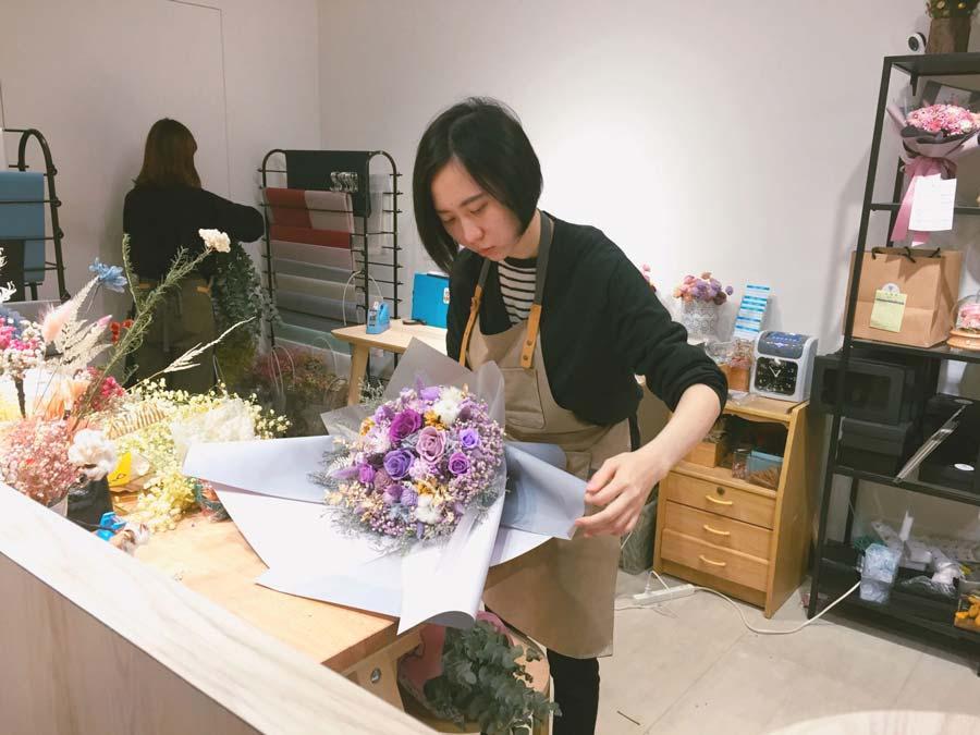 當日送花台北,花藝師包裝花束,當日送花台北
