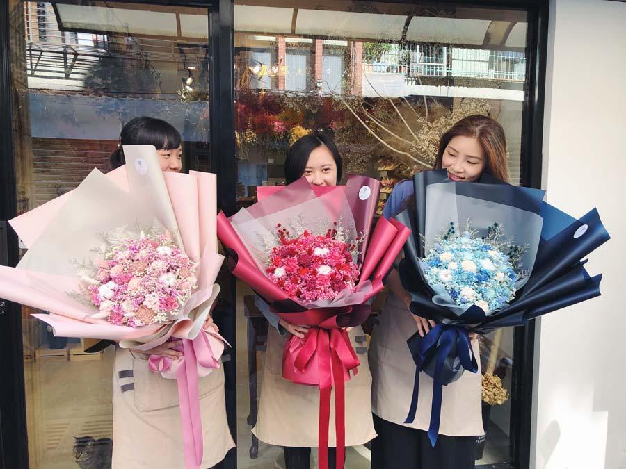 花藝師特寫喜歡生活乾燥花店畢業花束,台北畢業花束