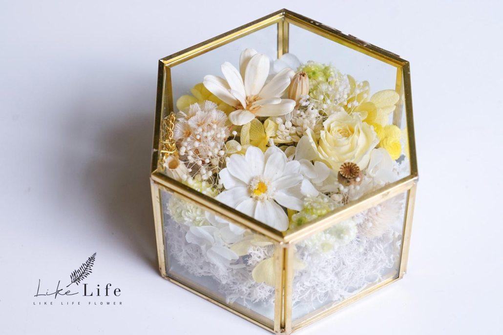 小雛菊永生花珠寶盒斜放,永生花黃色玫瑰珠寶盒