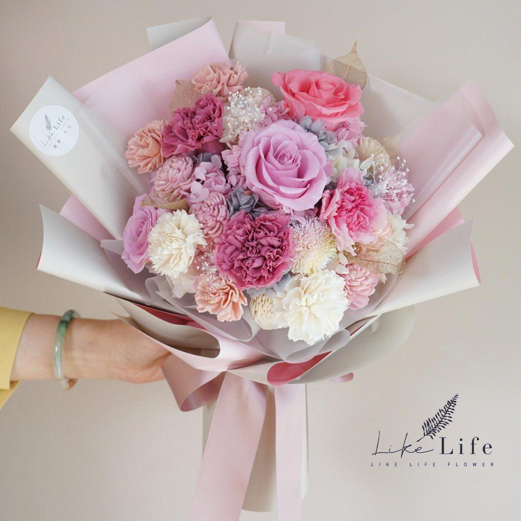 母親節康乃馨花束,手拿粉色康乃馨花束-喜歡生活乾燥花店