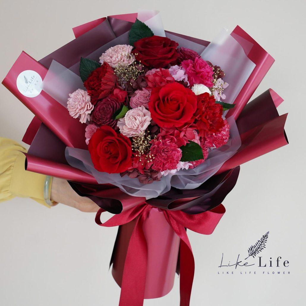 母親節康乃馨花束,手拿紅色康乃馨花束