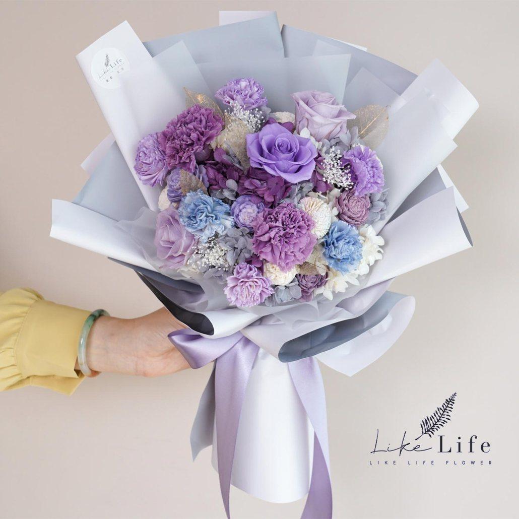 母親節康乃馨花束,手拿紫色康乃馨花束