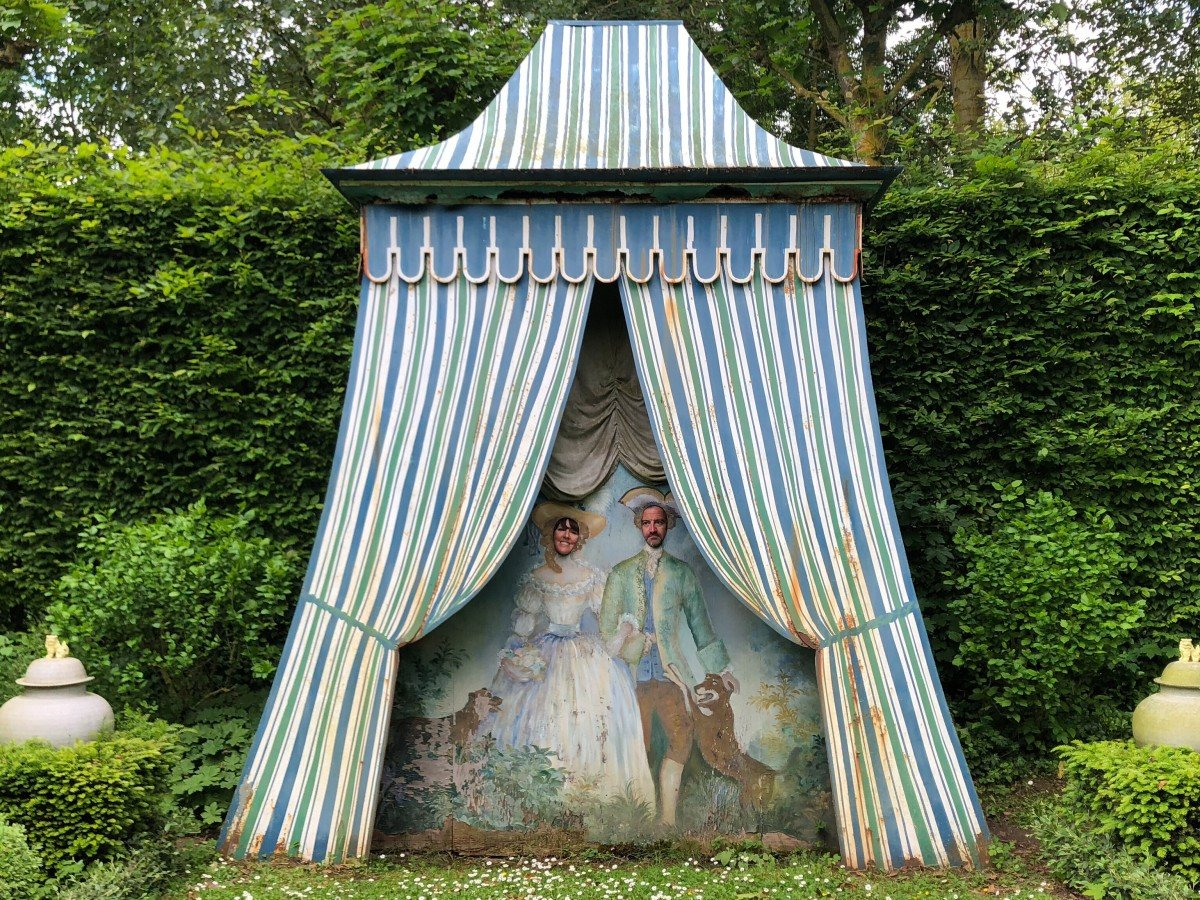 The gardens of chateau de Vendeuvre seaside photo booth