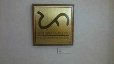 Logo of the National Museum; baybayin: Pa (Pamana [heritage])
