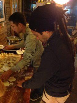 Marido rasta aprendendo a fazer dumpling