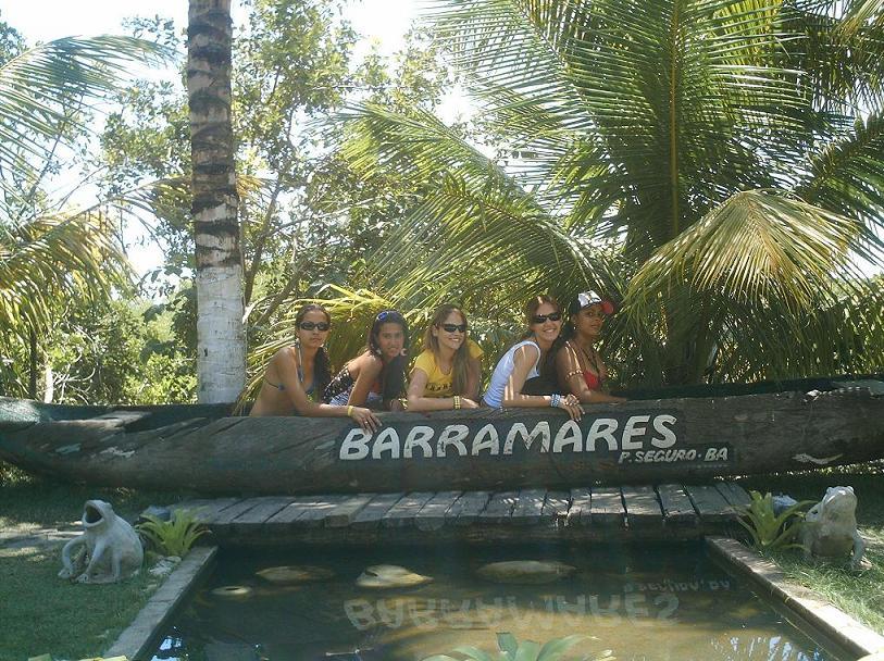 Eu e minhas amigas curtindo as barracas de praia de Porto Seguro
