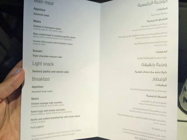 Voando com Qatar Airways eles entregam um menu impresso com todas as opções de comidas disponíveis no voo