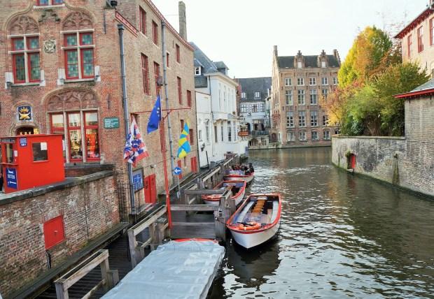coisas imperdíveis para fazer em Bruges - passeio de barco nos canais de Bruges