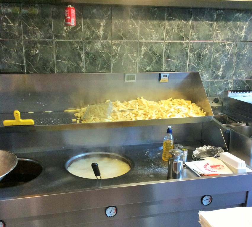 comidas imperdíveis para provar na Bélgica - fritando