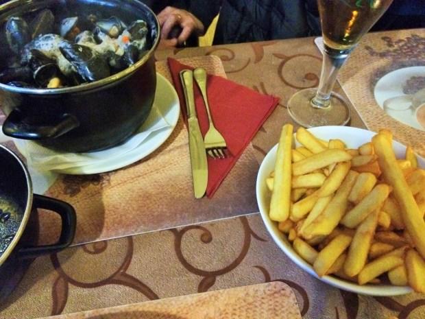comidas imperdíveis para provar na Bélgica - batatas e mexilhões