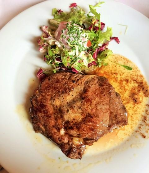 Onde comer em Bruges - carne islandesa com salada