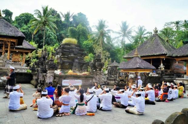 Roteiro para conhecer os templos de Bali - devoção dos balineses