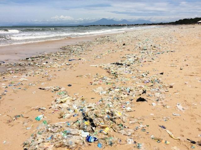 Antes de visitar Bali - lixo na praia de Jimbaran
