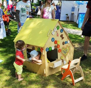 Деревянный детский игровой домик