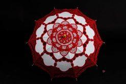 Червен дантелен чадър