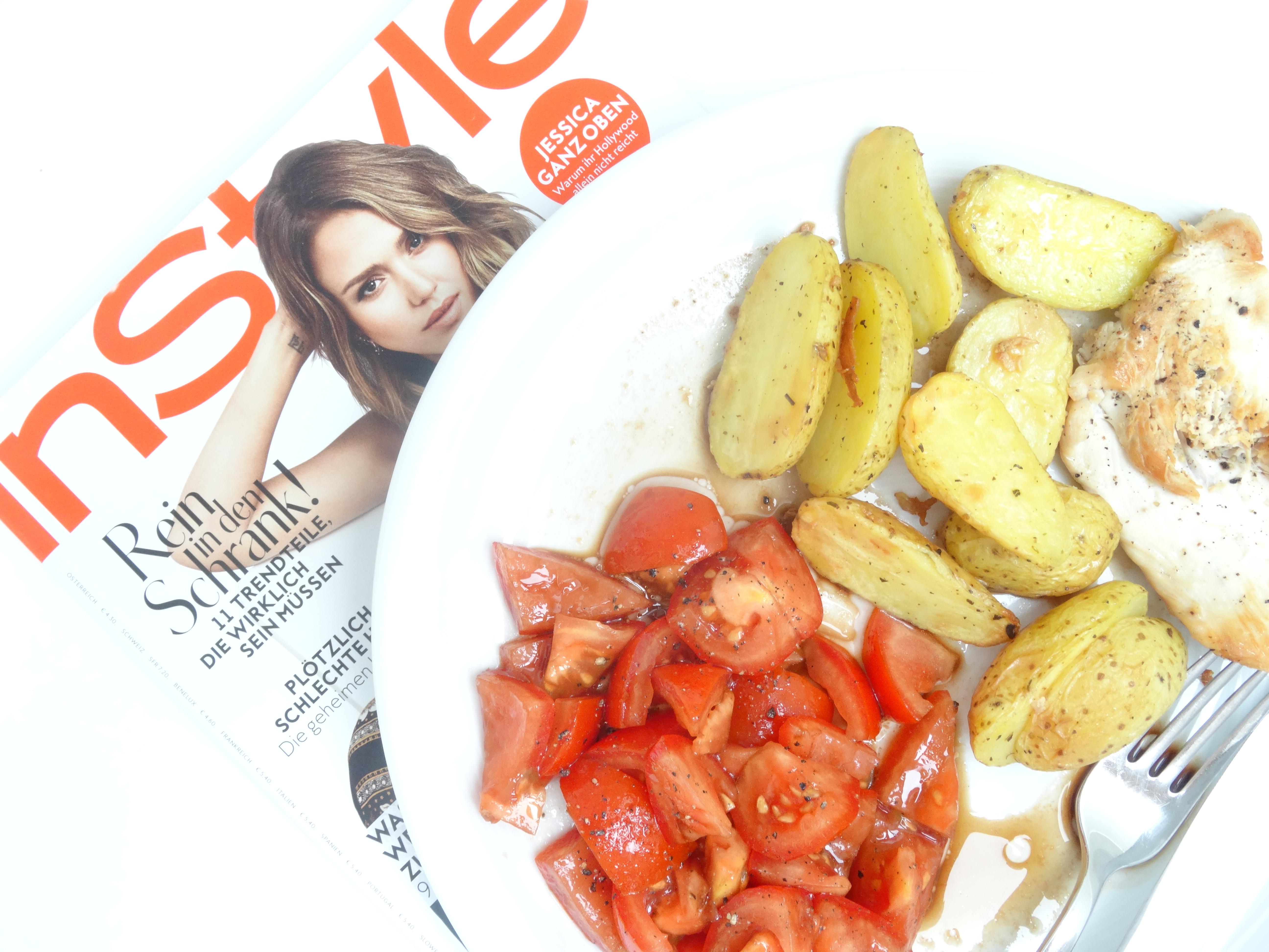 Putenbrust mit Ofenkartoffeln und Tomatensalat //food
