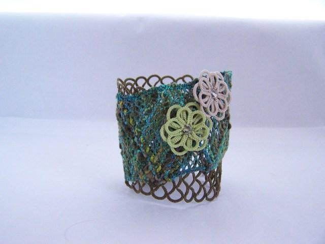 Un bracelet en frivolité et dentelle aux fuseaux