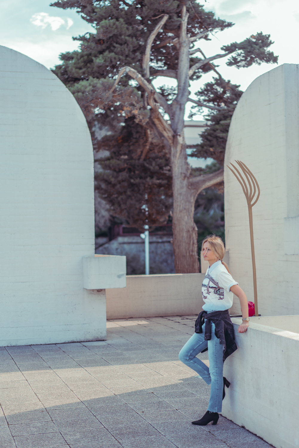 barcelona days wearing uniqlo tshirt cigarette jeans denim jacket blonde girl ootd street style fashion