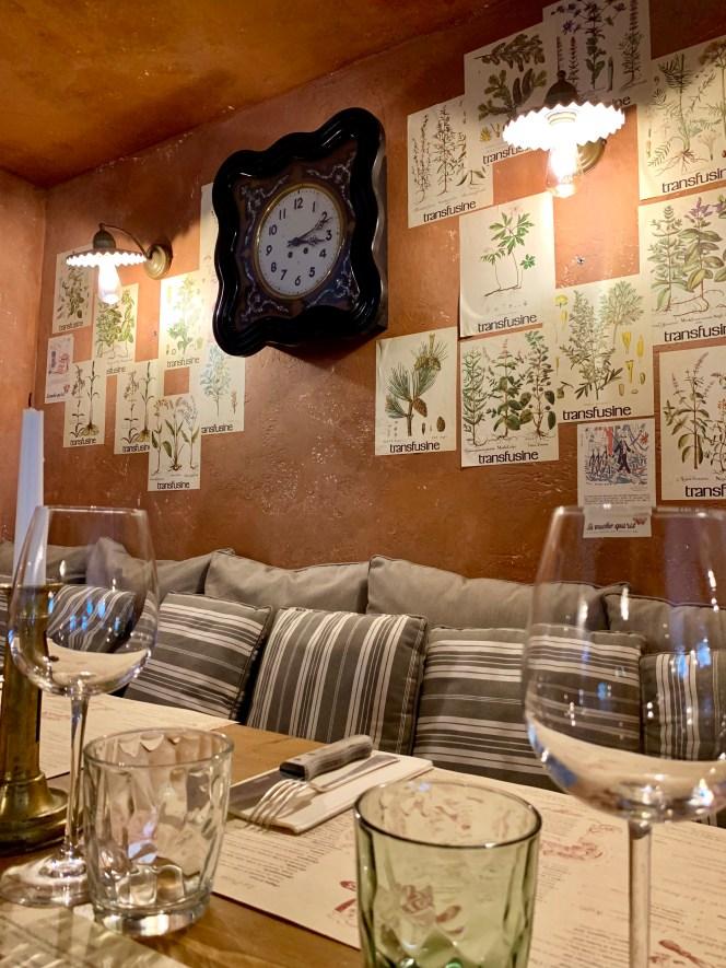 mur patiné-banquette-affiches-retro-vintage-restaurant-lili deambule