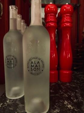 Salière et poivrières bouteilles d'eau en verre restaurant à la maison