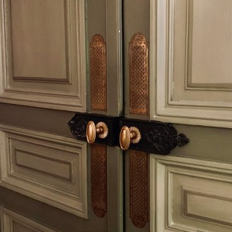 poignées de portes métal anciennes vert de gris restaurant